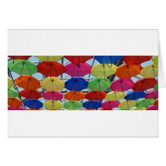 Cartão guarda-chuva colorido