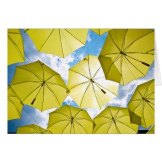 Cartão Guarda-chuvas amarelos ensolarados