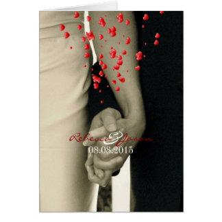 Cartão guardarando as mãos Balack e o casamento branco