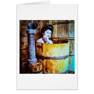 Cartão Gueixa do vintage que banha-se na cuba de madeira