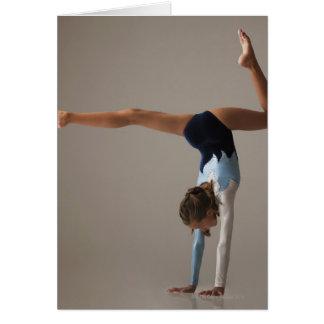 Cartão Gymnast fêmea (12-13) que executa o handstand