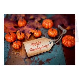 "Cartão ""Happy Thanksgiving"" on wooden debatem"