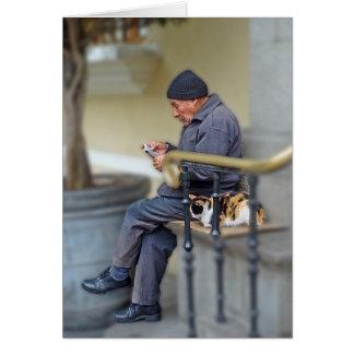 Cartão Homem com seu gato - lendo o jornal