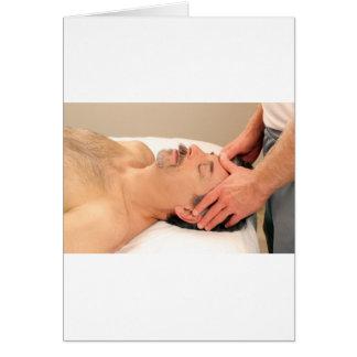 Cartão Homem que faz massagens a cara masculina