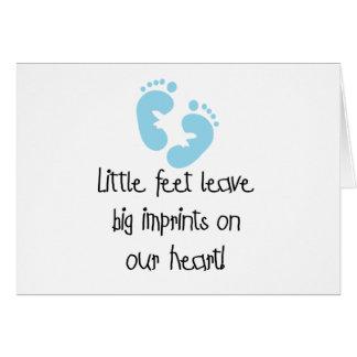Cartão Impressões grandes dos pés pequenos azuis das