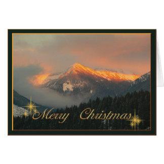 Cartão Invernal Vermelho tarde nas montanhas