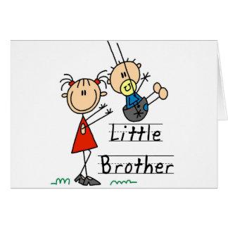 Cartão Irmão mais novo com camiseta da irmã mais velha