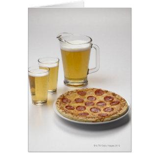 Cartão Jarro e duas pintas da cerveja ao lado dos