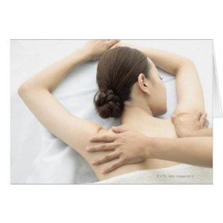 Cartão jovem mulher que recebe a massagem, mulher na