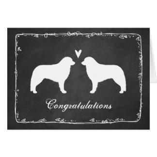 Cartão Kuvasz mostra em silhueta parabéns do casamento