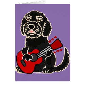 Cartão Labradoodle engraçado que joga a guitarra
