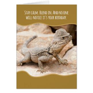 Cartão Lagarto camuflado engraçado em um aniversário do