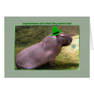 Cartão Leprechaun do Capybara do dia de St Patrick