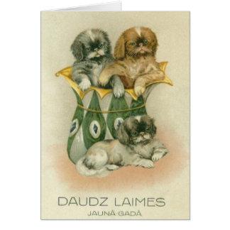 Cartão letão do ano novo dos filhotes de cachorro