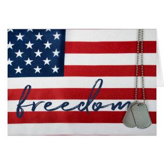 Cartão liberdade e dog tags da palavra na bandeira