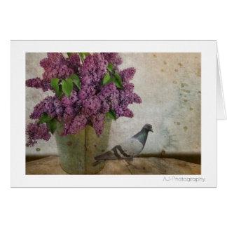 Cartão Lilacs em um balde oxidado idoso