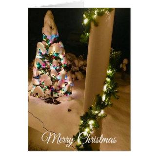 Cartão Lit bonito acima da árvore de Natal coberta no