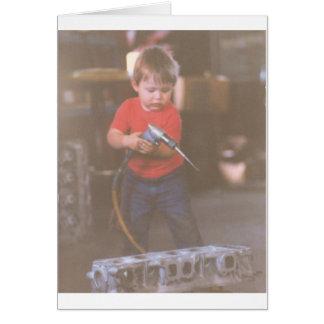 Cartão Little Boy bonito usando ferramentas