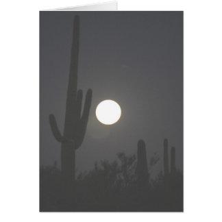 Cartão Lua cheia sobre o deserto