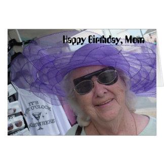 Cartão Mamã do feliz aniversario, senhora no chapéu roxo