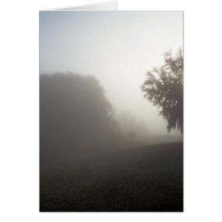 Cartão manhã nevoenta que espera na elevação do sol
