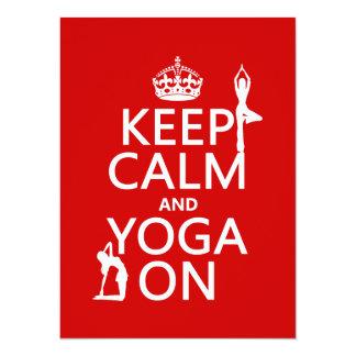 Cartão Mantenha a calma e a ioga em (personalize cores)