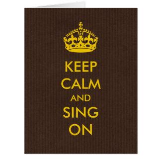 Cartão Mantenha a calma e cante-a no ouro no papel de