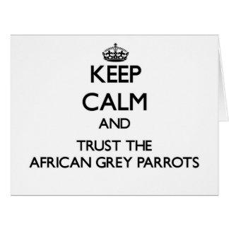 Cartão Mantenha a calma e confie os papagaios do cinza