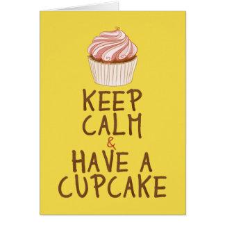 Cartão Mantenha a calma para comer um cupcake - amarelo