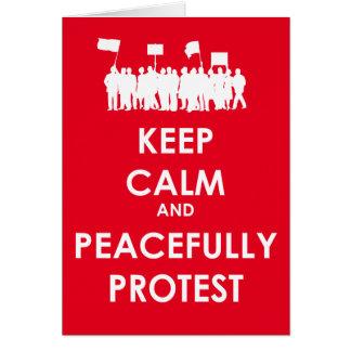 Cartão Mantenha calmo e proteste pacificamente (o texto