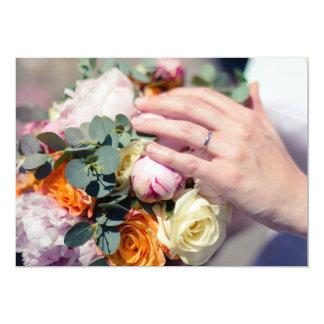 Cartão Mão da noiva com aliança de casamento no buquê