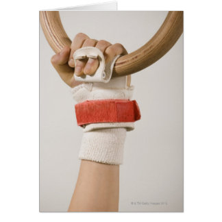 Cartão Mão do Gymnast que guardara o anel