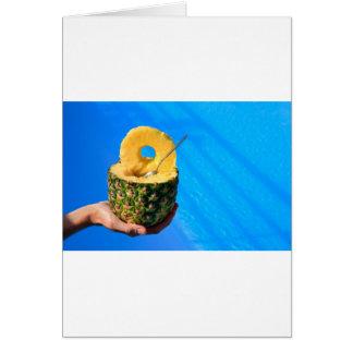 Cartão Mão que guardara o abacaxi fresco acima da piscina
