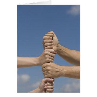 Cartão Mãos da equipe no bastão