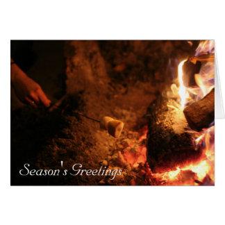 Cartão Marshmallows nos cumprimentos da estação do fogo