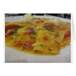 Cartão Massa caseiro com molho de tomate, cebola,