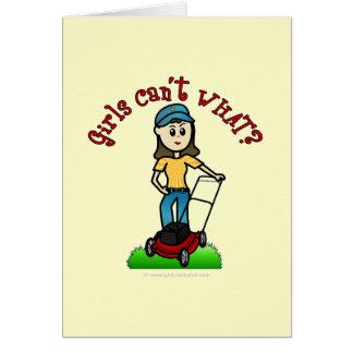 Cartão Menina clara do cuidado do gramado