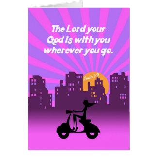 Cartão Menina do 1:9 de Joshua no patinete w/Skyline -