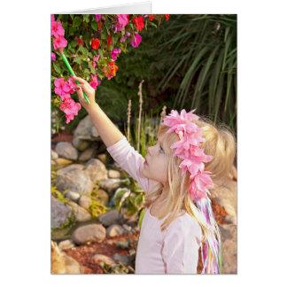 Cartão Menina feericamente que pinta uma flor