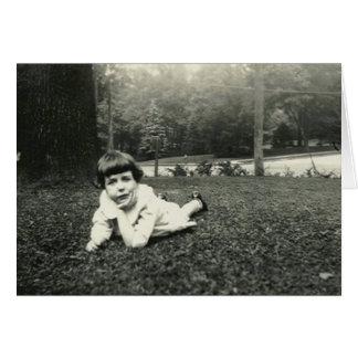 Cartão Menina que encontra-se na grama