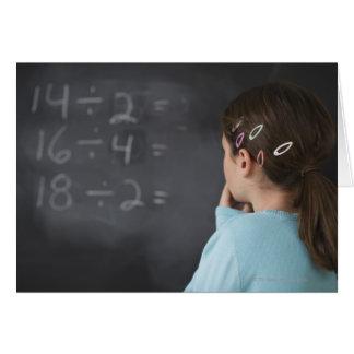 Cartão Menina que olha equações da matemática no