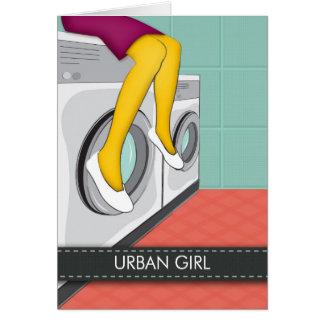 Cartão Menina urbana que senta-se em uma lavanderia na
