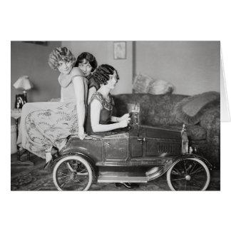 Cartão Meninas do Flapper que montam o pedal Carro, 1922