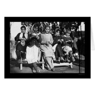 Cartão Meninas que fazem malha em Albânia 1923