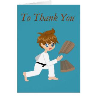 Cartão Menino das artes marciais que quebra o obrigado do