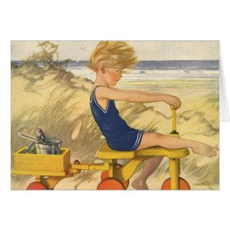 Cartão Menino do vintage que joga na praia com brinquedos