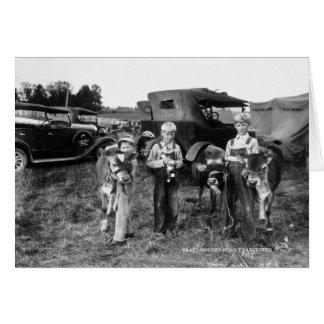 Cartão Meninos de fazenda com as vitelas no Condado de