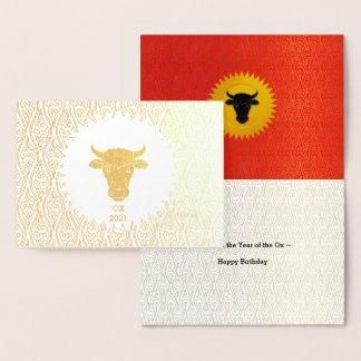 Cartão Metalizado Ano do ouro do aniversário do boi com vermelho