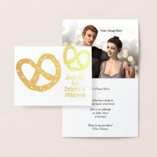 Cartão Metalizado As bebidas e as mordidelas - pretzel dourado -
