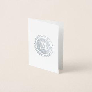 Cartão Metalizado Círculo Scalloped Monogrammed da prata da borda